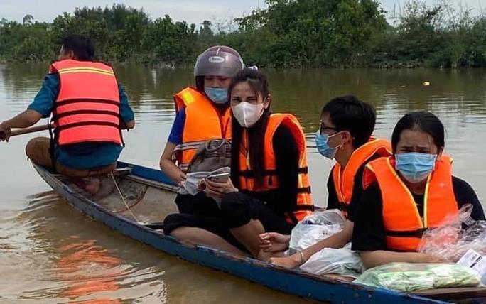 Ca sĩ Thủy Tiên đã huy động được hơn 100 tỉ đồng, trực tiếp đến vùng lũ lụt hỗ trợ, giúp đỡ người dân bị ảnh hưởng.