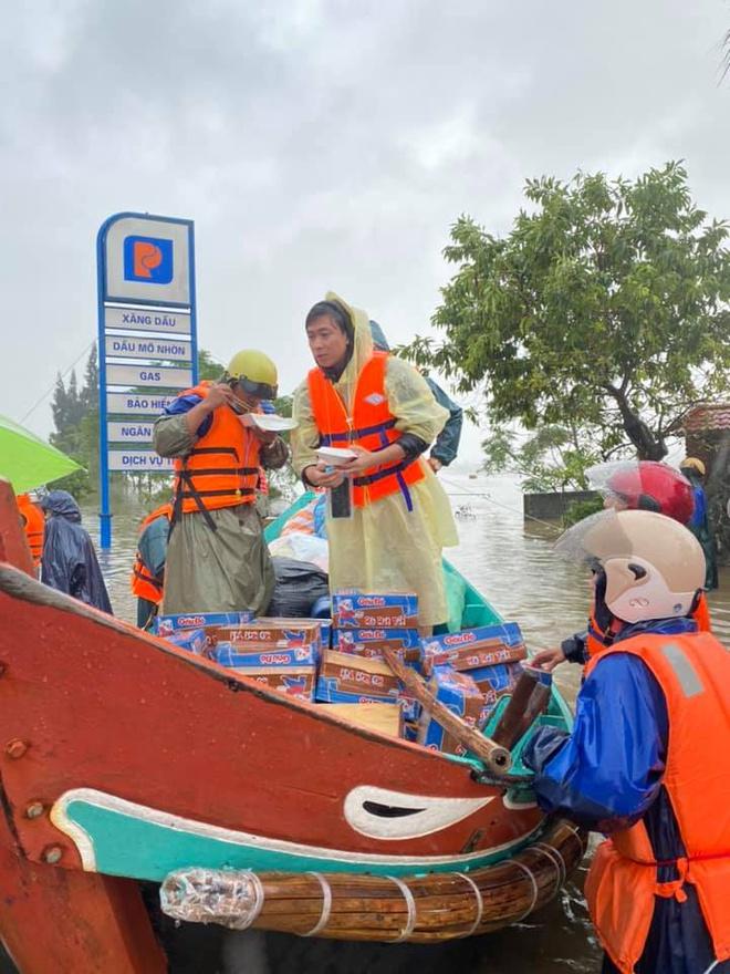 Hồ Việt Trung ăn vội cơm hộp trên đường đi cứu trợ.