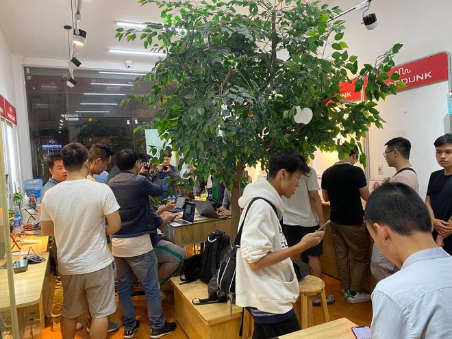 Rất đông các tín đồ công nghệ đã có mặt tại cửa hàng từ 23h đêm 23/10 để trên tay bộ đôi iPhone 12.