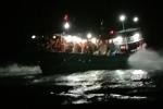 Tàu cá cùng 9 ngư dân bị mắc cạn ở Lý Sơn, nguy cơ bị sóng biển đánh chìm