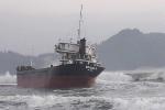 Cứu hộ các thuyền viên tàu hàng bị mắc cạn trên biển
