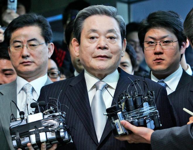 Ông Lee Kun Hee trong buổi họp báo khi bị cáo buộc trốn thuế hồi năm 2008. Ảnh: AP.