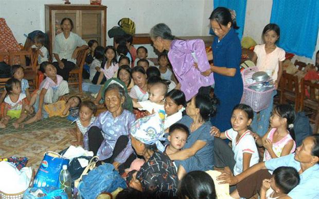 Người già, phụ nữ và trẻ em được đưa đến điểm trú ẩn an toàn (Ảnh: TTXVN).