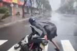 Clip: Gió bão quật muốn 'nhấc người', nam thanh niên gồng mình dắt xe vào lề đường ở Đà Nẵng
