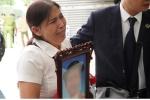 Vụ mẹ, bố dượng đánh con đến tử vong: Bà ngoại mang di ảnh, kỷ vật của cháu đến tòa