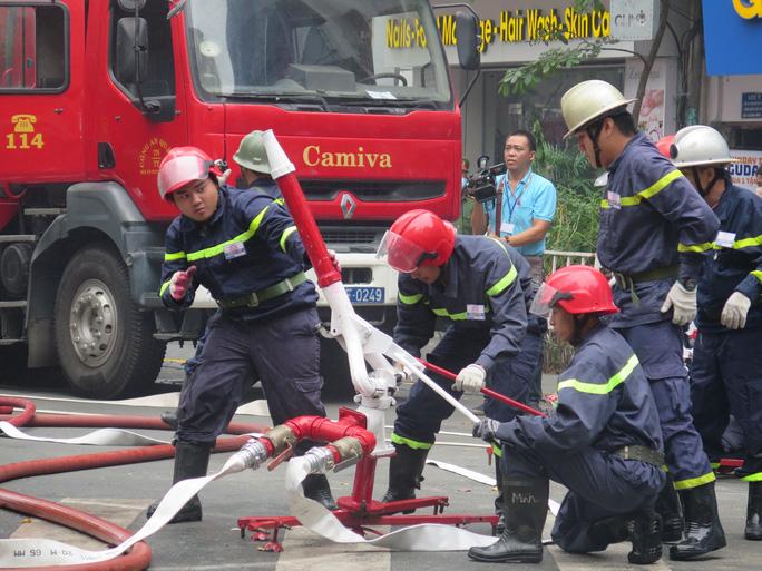 Cảnh sát PCCC-CNCH Công an TP.HCM vận hành thiết bị chữa cháy.