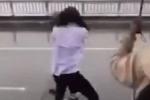 Clip: Nữ sinh đấm đá bạn túi bụi, còn lấy cả mũ bảo hiểm đập vào đầu gây xôn xao cộng đồng mạng