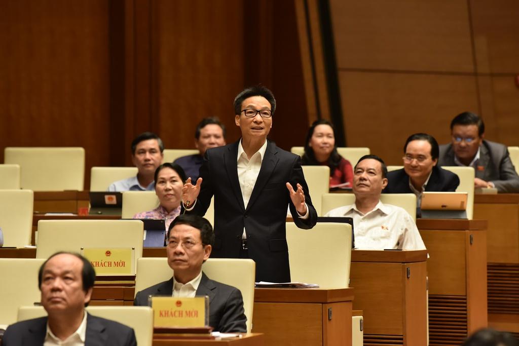 Phó thủ tướng Vũ Đức Đam trả lời chất vấn các đại biểu Quốc hội. Ảnh: Quốc hội.