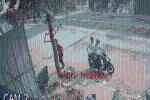 CLIP: Thanh niên đèo bạn đến bãi để xe máy, sau vài giây, đồng bọn có 'xe riêng' mang về