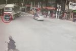 Clip: Người phụ nữ chạy xe máy bị ôtô tải cuốn vào gầm ở ngã tư, nguyên nhân gây tranh cãi