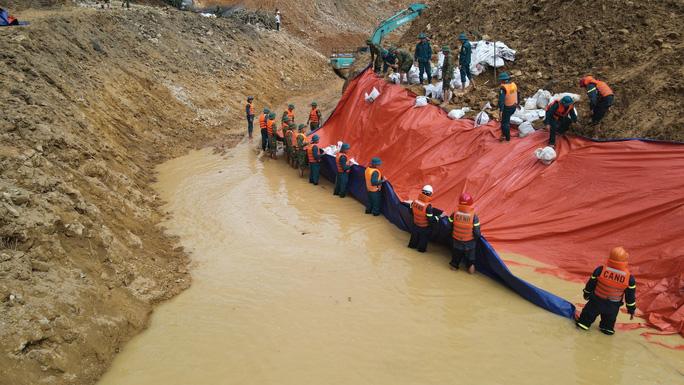 Dòng nhân tạo nắn hướng chảy sông Rào Trăng được lót bạt ở taluy để chống sạt trượt.