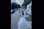 CLIP: Bạn bắt hoa cưới giữa đường suýt lao vào xe container, cô dâu lập tức phản ứng