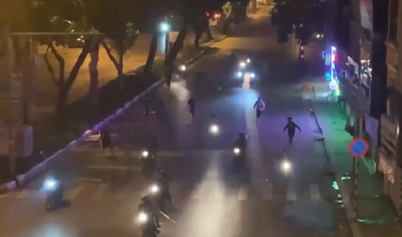 Hình ảnh nhóm đối tượng mang theo hung khí rượt đuổi nhau trên phố Lê Duẩn - Trần Nhân Tông.