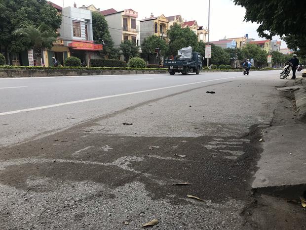 Những vết dầu loang tại khu vực xảy ra tai nạn.