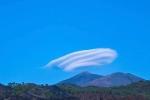 Đám mây hình đĩa bay lơ lửng trên bầu trời