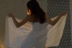 Đang quấn khăn tắm trong khách sạn thì người đàn ông lạ bước vào, cô gái phát hoảng giữa đêm