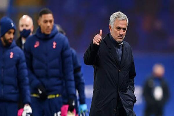 Mourinho khiêm tốn nhận Tottenham là 'ngựa con', bị Lampard phản bác