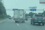 Clip: Rượt đuổi nhau trên đường như phim hành động, xe tải chặn đầu ôtô để 'dằn mặt'