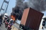 Cháy xe đầu kéo trên cầu Phú Mỹ, giao thông ùn ứ