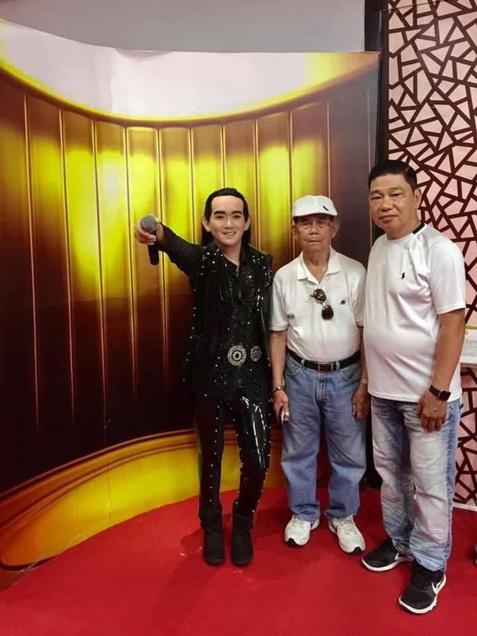 Cha và anh rể của ca sĩ Minh Thuận bên bức tượng sáp của anh tại Bảo tàng tượng sáp Việt.