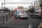Bị ép sát vào dải phân cách, thanh niên phóng xe máy lên 'dằn mặt' ôtô, camera bóc lỗi sai ngay từ đầu