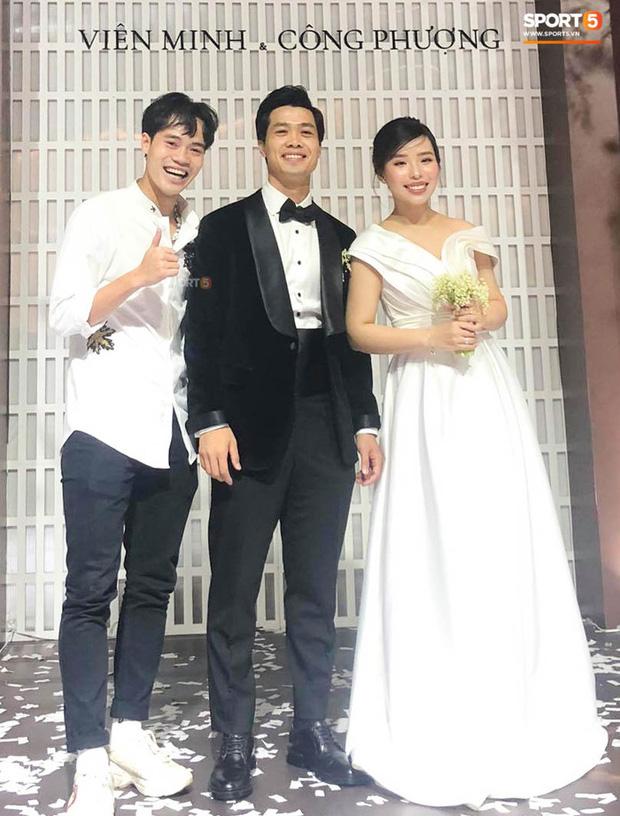 Văn Toàn đích thị là khách mời lầy lội và vui tươi nhất trong hôn lễ tại TP.HCM và Phú Quốc của vợ chồng Công Phượng.