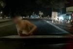 CLIP: Ôtô dừng đèn đỏ, thanh niên bất ngờ xông đến lau kính, sau cùng mới đòi tài xế một thứ