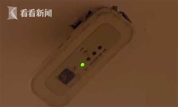 Thứ ánh sáng nhấp nháy liên tục chính là đèn từ bộ điều khiển máy điều hòa nhiệt độ.