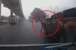 CLIP: CSGT vụt vỡ gương xe bán tải vì yêu cầu dừng nhưng tài xế cố tình đánh võng