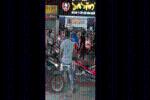 Đứng giữa đường cà khịa từng xe máy, thanh niên bị nhóm đàn ông lao vào đánh túi bụi
