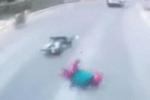 Người phụ nữ bỗng ngã lăn ra đường, chặn đầu ôtô - nguyên nhân phía sau gây tranh cãi