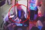 CLIP: Bị người đàn ông cầm búa lao vào đập túi bụi, tài xế ôm đầu, đóng cửa cứu nguy