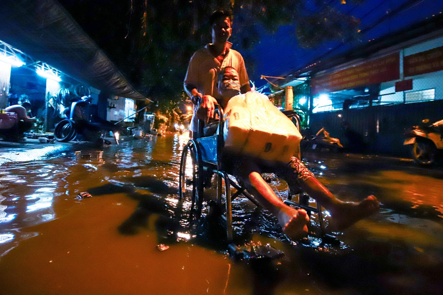 Người dân trên đường Đình An Tài cho biết nơi đây ngập cả ngày lẫn đêm. Ảnh: Quỳnh Danh.
