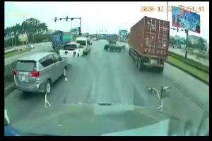 Khoảnh khắc ô tô con lao ngược chiều, tông kinh hoàng vào xe container