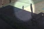 Đang đứng chơi, cô bé bất ngờ đối mặt Tử thần, video do camera ghi lại khiến ai cũng sợ hãi