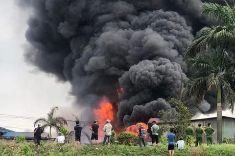 Hiện trường vụ cháy 2 nhà xưởng ở huyện Bình Chánh. Ảnh: N.A.