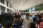 Ảnh: Sân bay Tân Sơn Nhất đông nghẹt trong ngày cuối năm, hành khách rồng rắn xếp hàng dài chờ 'check in'
