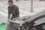 Nữ tài xế ủn thùng rác đi cả quãng đường mà không biết, hai người đàn ông phải đuổi theo xin về