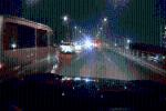 CLIP: Loạt ôtô đi chậm bất thường, tài xế tò mò vượt lên thì phát hiện cảnh bất ngờ