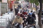 Video: Người đi bộ 'nép mình' tránh dòng xe máy trên vỉa hè Hà Nội