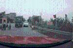 Chạy vào làn ngược chiều, chặn đầu xe đi đúng, tài xế ôtô 4 chỗ còn có hành động khiến tất cả 'không thốt nên lời'
