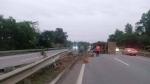 Xe tải tông dải phân cách lật nghiêng trên cao tốc Nội Bài - Lào Cai