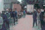 Đỗ xe bị thanh niên làng đuổi đánh, tài xế đạp ga tiến lên trước khiến nhiều người hoảng sợ bỏ chạy