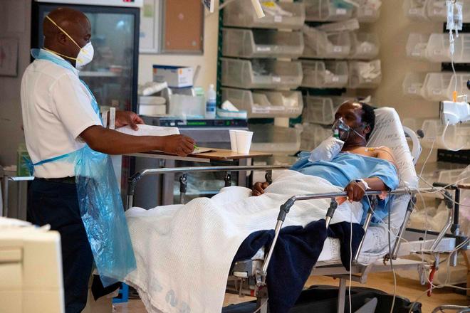 Ảnh: Một người chăm sóc và bệnh nhân Covid-19 tại một bệnh viện gần Cape Town.