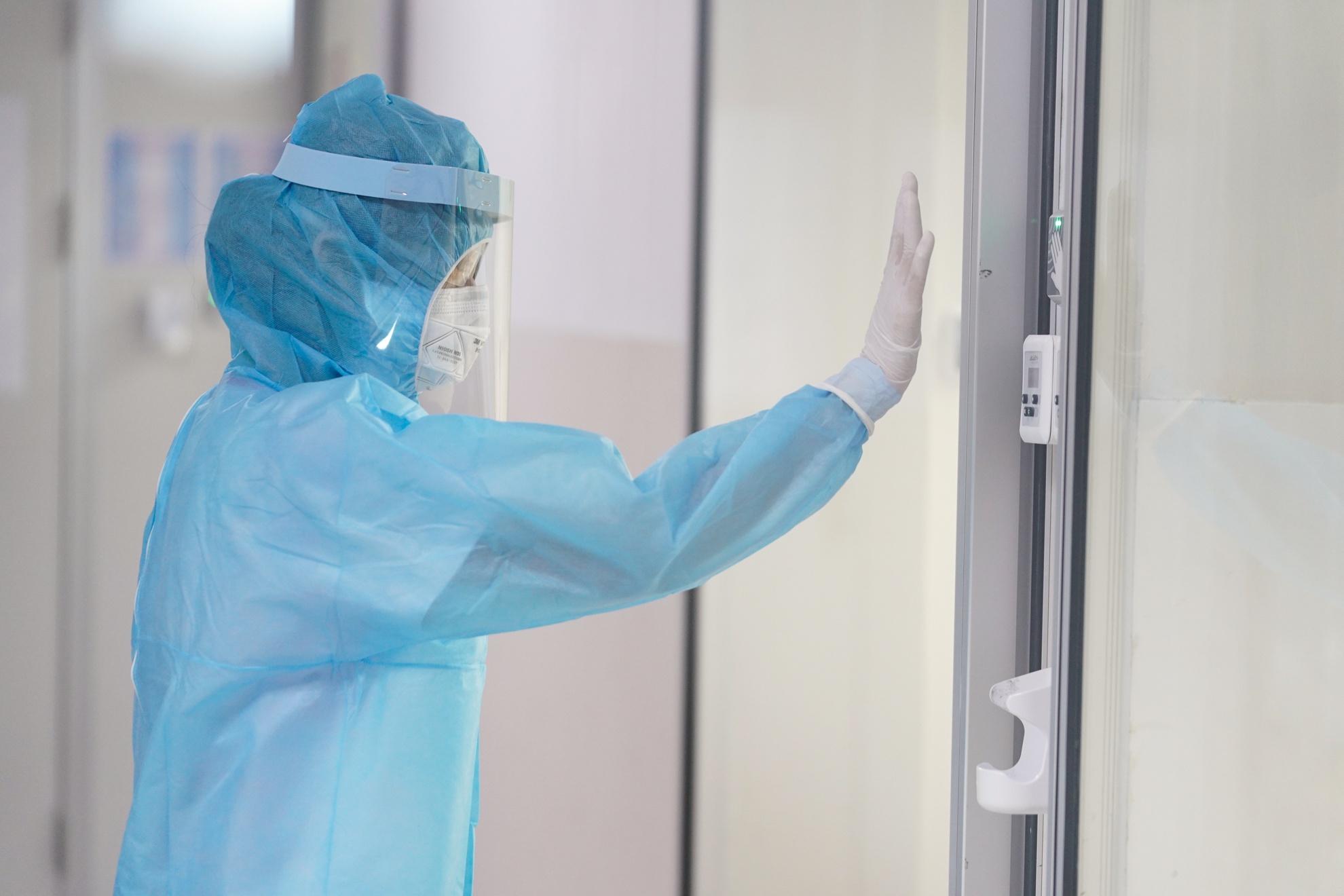 Cán bộ y tế phải theo dõi bệnh nhân đến khi có xét nghiệm âm tính theo phác đồ điều trị của Bộ Y tế. Ảnh: Chí Hùng.