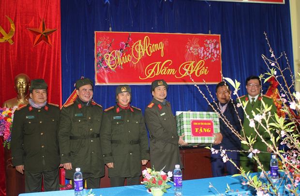 Đoàn công tác tặng quà, chúc tết UBND xã Hang Kia, huyện Mai Châu