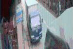 CLIP: Pha lùi xe tải khiến cả phố hoang mang, nhìn kĩ vào ghế lái mới giật mình