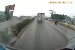 Clip: Chuyển làn ẩu, ô tô con bị xe ben đâm biến dạng trên quốc lộ 5