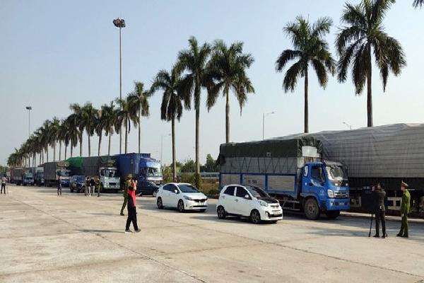 Lực lượng chức năng bắt đoàn xe chở 300 tấn hàng.