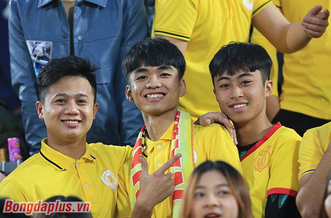Người hâm mộ thành Nam tiếp tục đem đến bầu không khí cuồng nhiệt trong ngày mở đầu V.League 2021